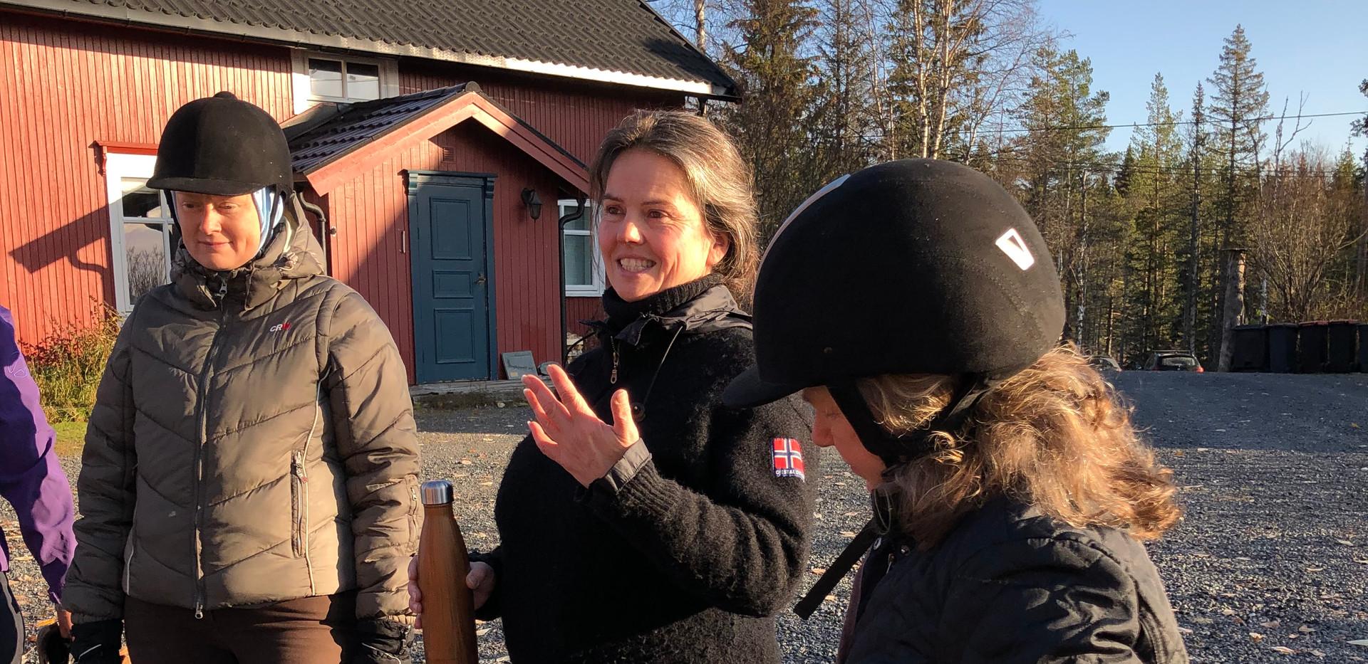 Anne Stine forbereder til rytteryoga