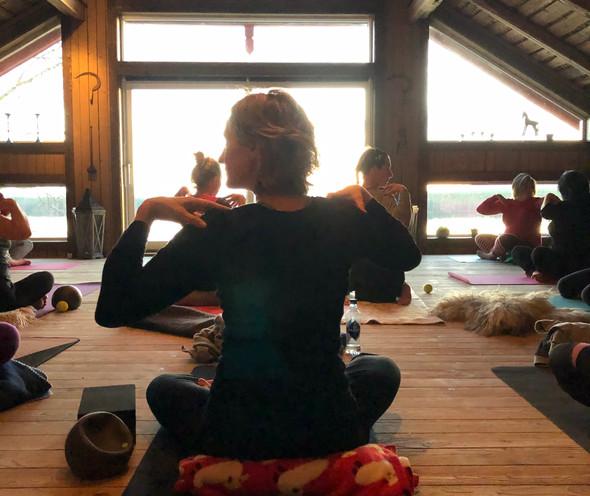Yoga på låven