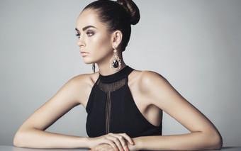 Modello con abito nero