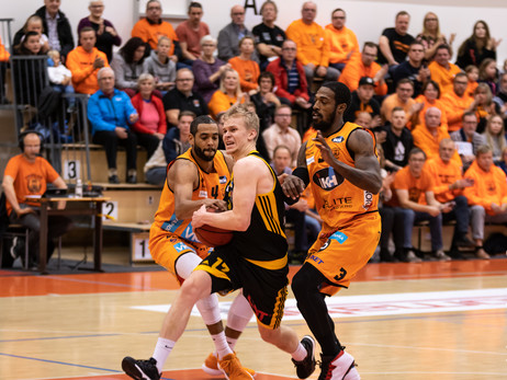 Hallitseva Suomen mestari Karhu Basket Näätien vieraaksi