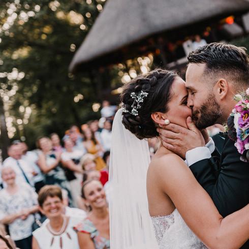 Első csók vintage esküvőfotó