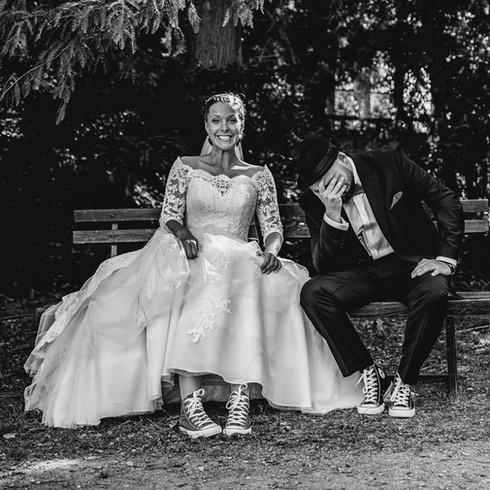 Converse cipős vidám esküvőfotó