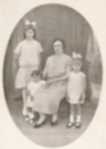 Marie Santacreu et ses trois filles (1924), source archives familiales