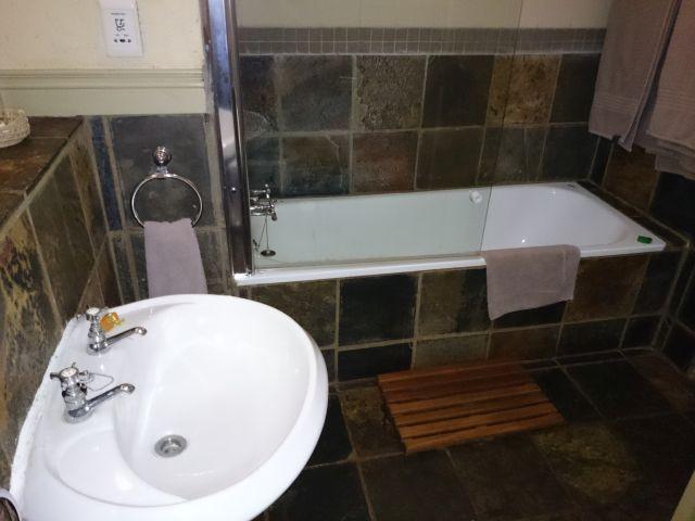 Hornbill Lodge en-suite bathroom with Bath/shower.