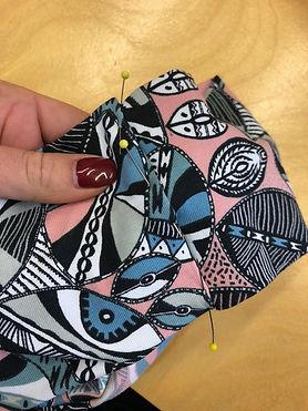 Stirnband mit Stecknadeln von Prym festgesteckt