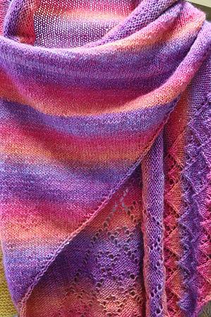 Cape gestrickt aus Wolle in lila und orange-Tönen