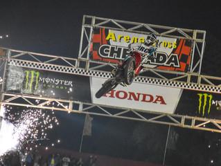 Em noite de casa cheia, Jetro Salazar vence a terceira etapa do Arena Cross em Ilhabela