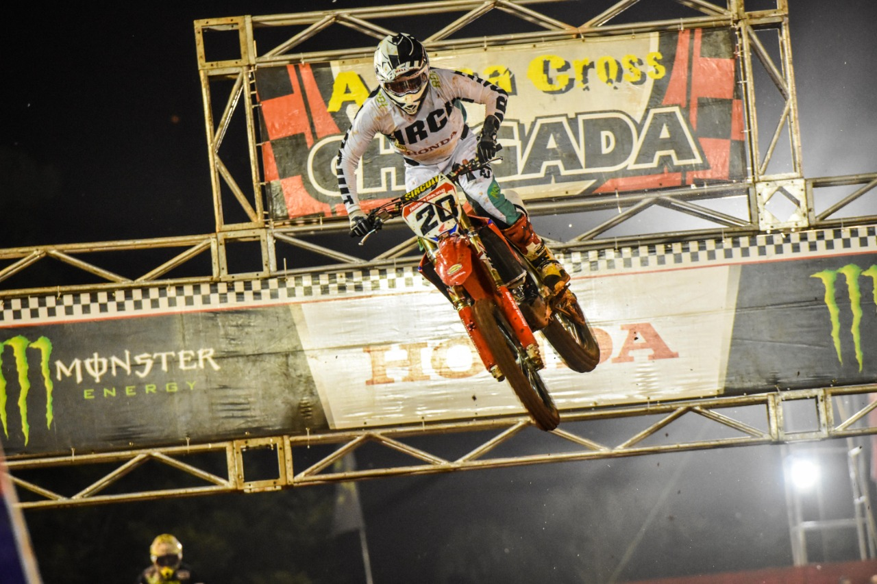 Jetro Salazar voando durante as disputas