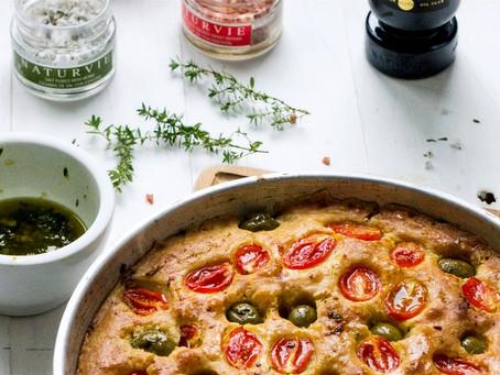 Focaccia de tomates cherry y aceitunas aliñadas