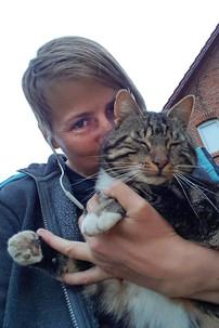 """Jess schmust mit Katze """"Rabatz"""" auf dem Arm."""