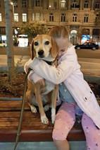 Hund Korny wird von Mädchen umarmt