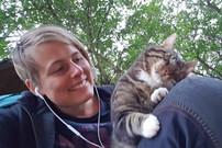 """Jess schmust mit Katze """"Rabatz"""" auf dem Schoß"""