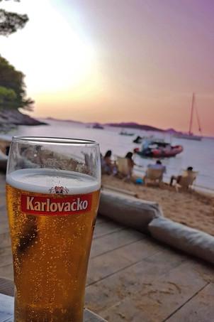 Kühles Bier mit Meerblick Kroatien