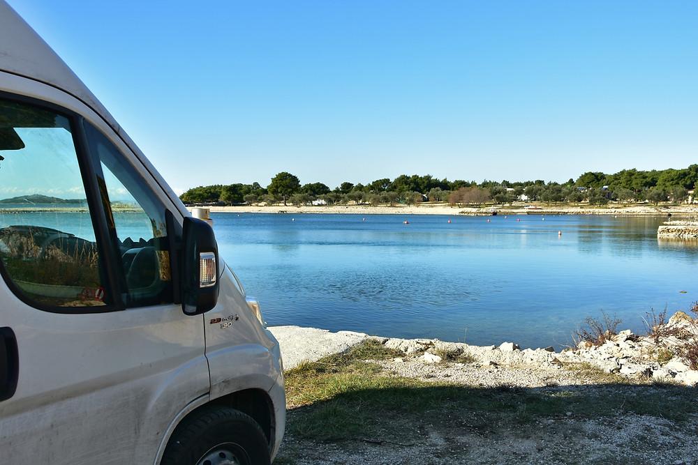 Van steht am Meer Kroatiens.