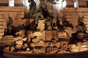 Hund Korny auf Statuen in Budapest