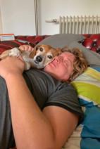 Korny und Ben beim Schmusen im Bett
