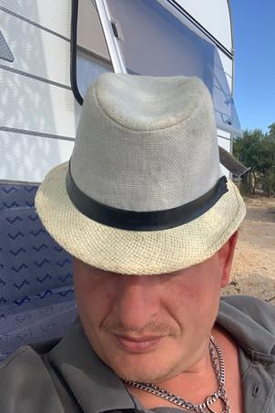 Aussteiger-Feeling Vanlifer mit Hut Kroatien