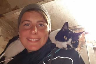 """Jess mit einer Katze namens """"Monster"""" auf den Schultern."""