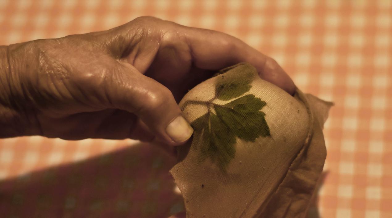 Osterreier ohne Chemie färben mit Blättern und roten Zwiebeln