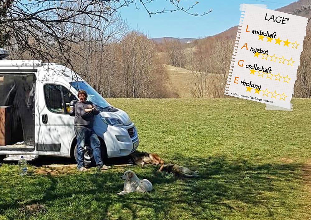 Van auf Wiese in den Bergen Kroatiens