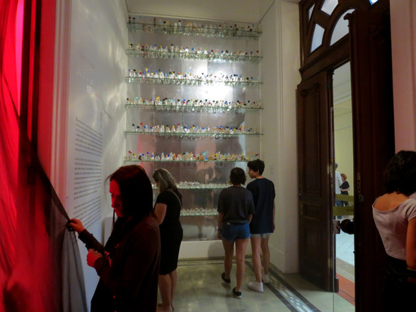 Vidros de Cheiro (ao fundo)
