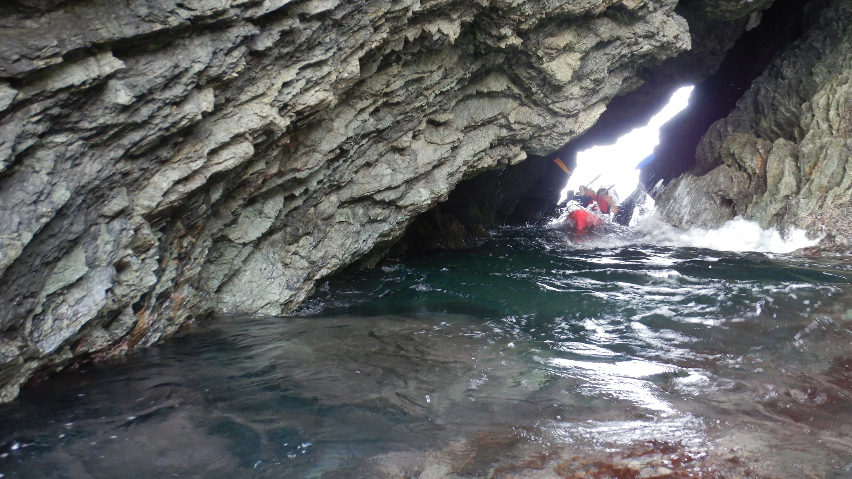 シットオントップカヤックで洞窟探索