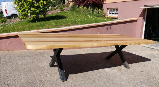 Table à manger en frêne olivier - Piètement X en acier noir mat