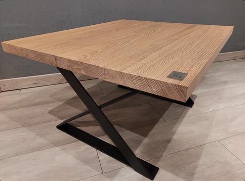 Table basse en chêne cérusé blanc - Piètement X asymétrique en acier noir mat