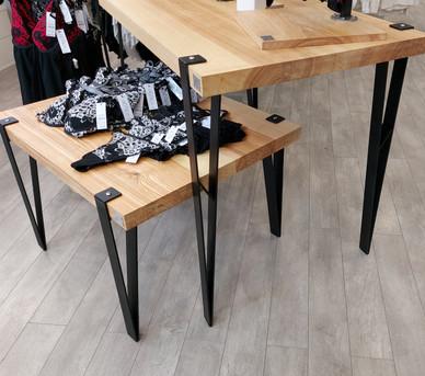 Tables et présentoir en frêne olivier - Piètement épingles réstylisées  en acier noir mat - Boutique Xoxo lingerie à Sarreguemines