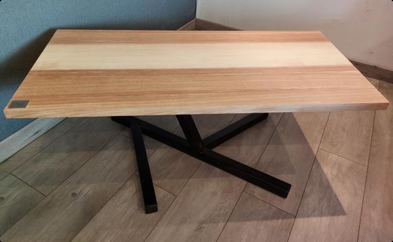 Table basse en frêne olivier - Piètement destucturé en acier noir mat