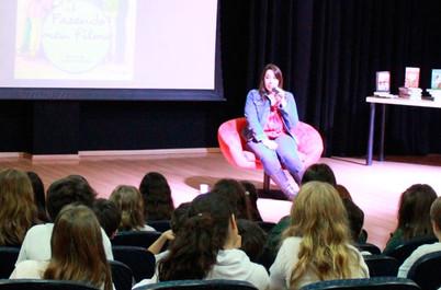 Escritora Paula Pimenta conversa com alunos da Escola Internacional de Alphaville