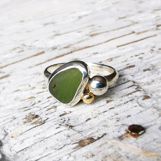 Sterling silver green sea glass, pebble and 9ct gold UK size N and a half