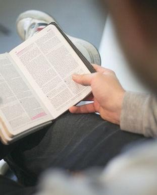 leyendo la biblia 2.jpg