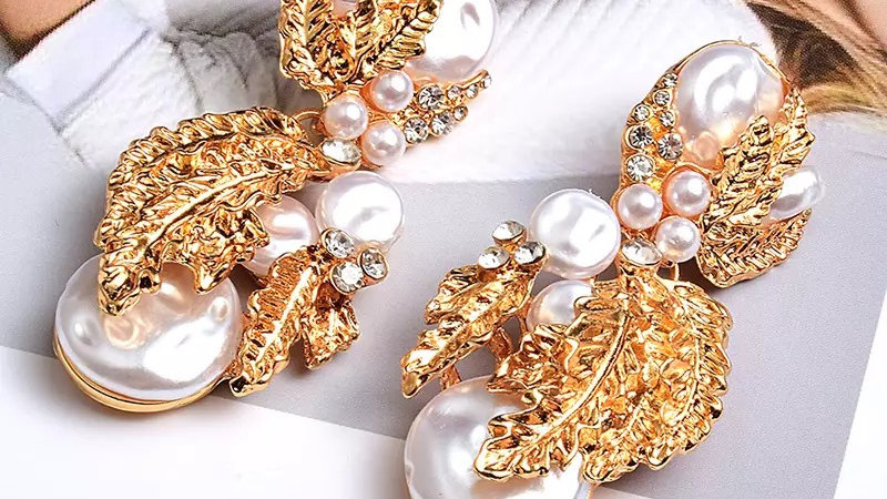 Pearl and gold earring