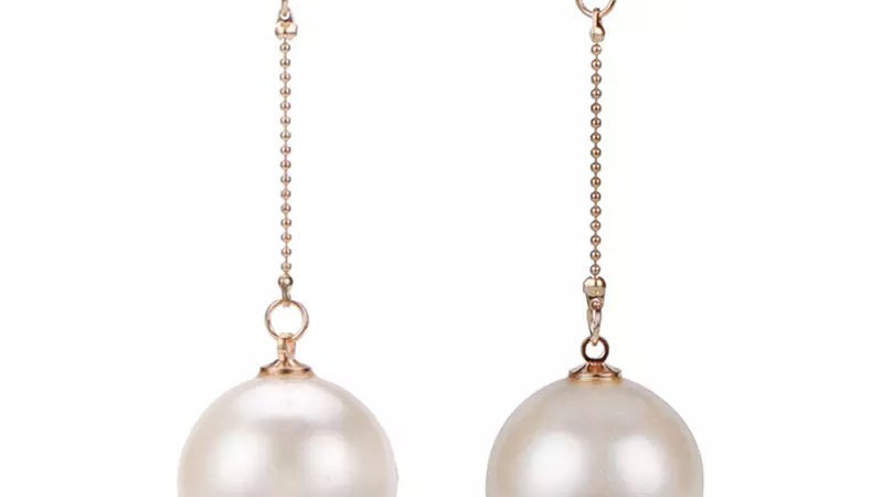 Pearl with gold strings