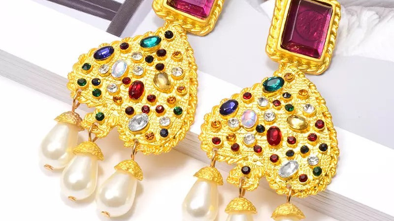 Multicoloured earrings with pearls