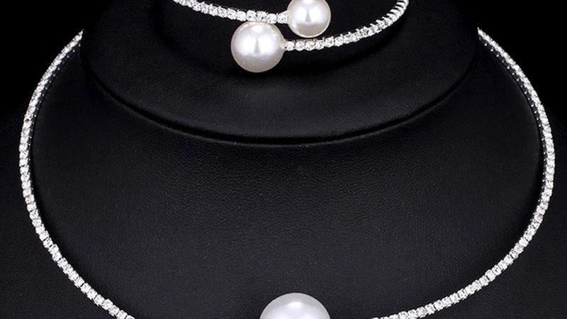 Silver pearl necklace with bracelet