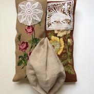 Soeurs et mère 1 (fleurs sur fond_beige)