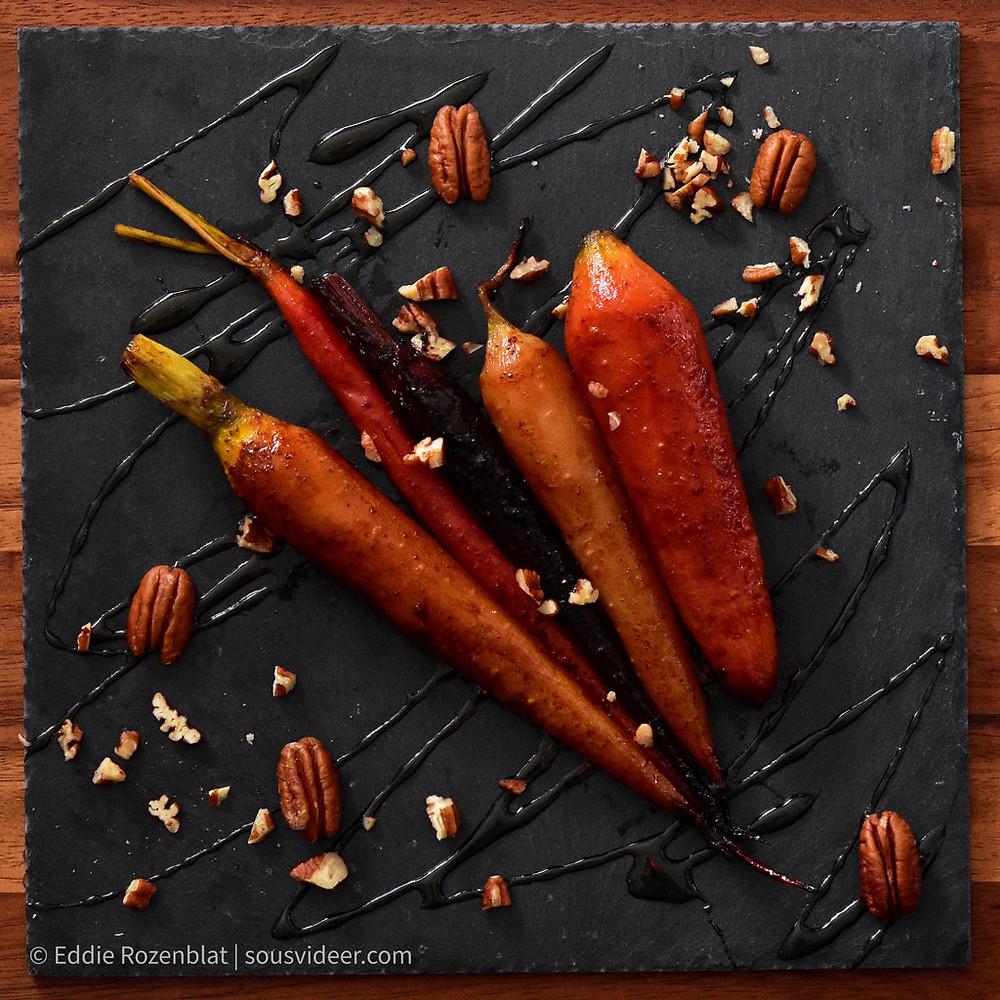 גזרים צבעוניים בסו-ויד עם גלייז של דבש, קינמון ואגוזי פקאן קלויים