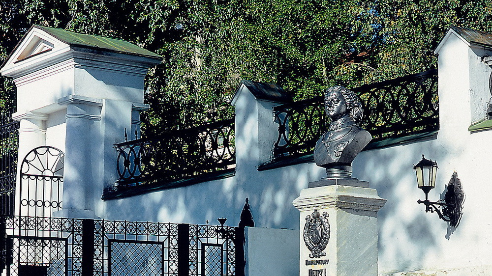 Памятник Петру I в музейном дворике, нач. 2000-х годов.