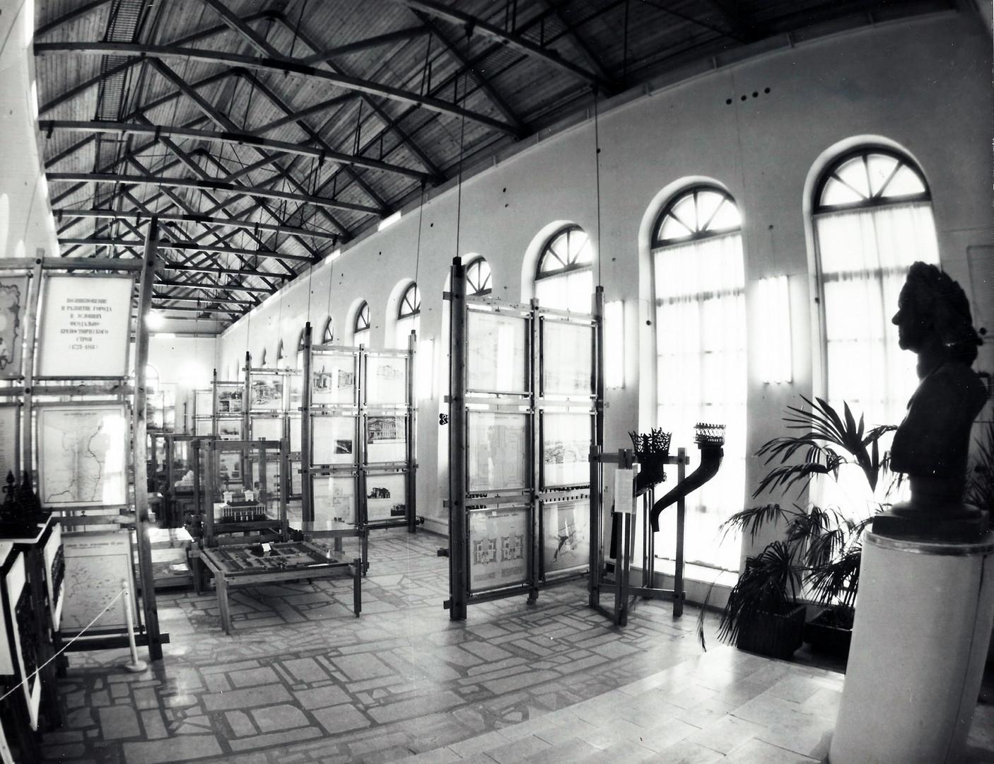 Экспозиция в большом зале музея, нач. 1990-х годов.