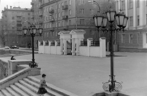 Исторический сквер, вид на западные ворота бывш. заводского комплекса.