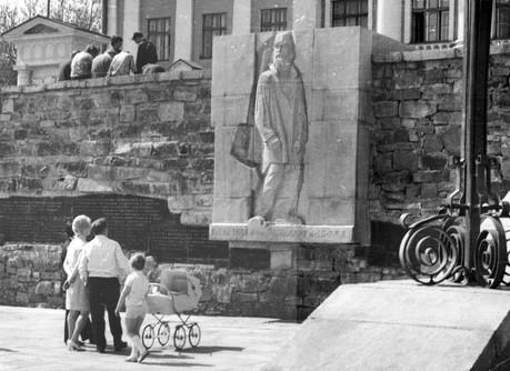 Исторический сквер, барельеф «Первому строителю города»
