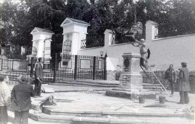 Установка памятника Петру I в музейном дворике.