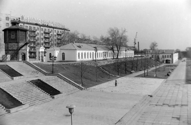 Исторический сквер, вид на здание с экспозицией Свердловскгражданпроекта, Горького, 4 и водонапорную башню.