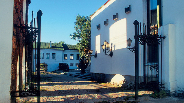 Вид на музейный дворик, нач. 2000-х годов.