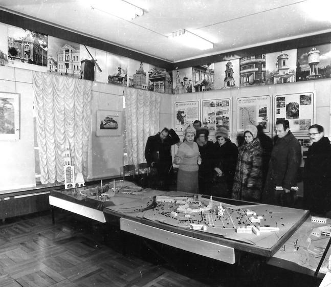 Экспозиция «Каменный пояс» в здании бывшей конторы главного механика. Экскурсию ведет Г.В. Тюленева, заведующая музеем.