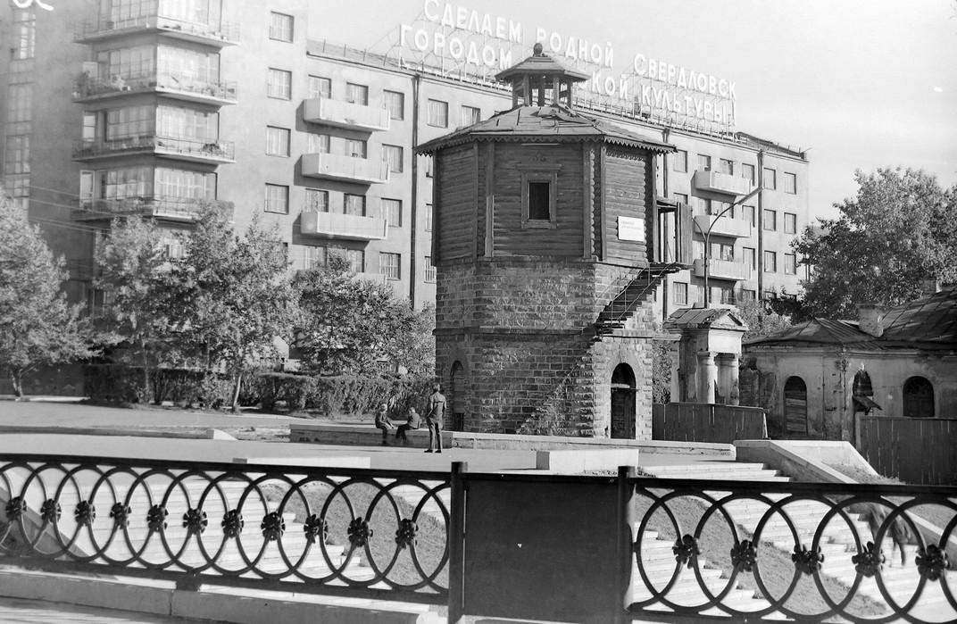 Исторический сквер, вид на водонапорную башню.
