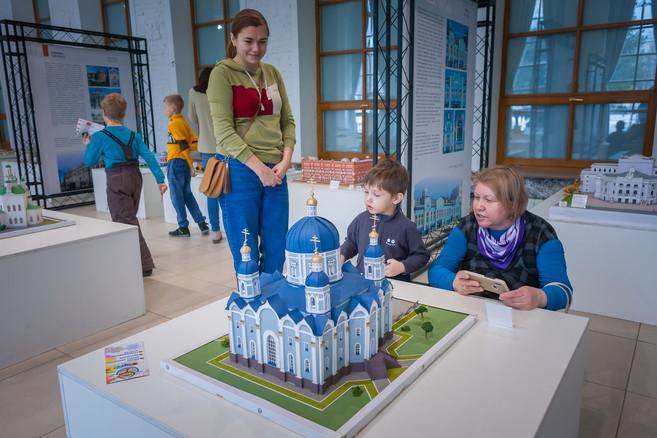 Экспозиция «Архитектура Каменного пояса» в большом зале музея. 2020 год.
