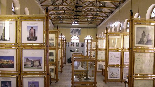 Интерьер большого зала Музея истории архитектуры и промышленной техники Урала, нач. 2000-х годов.